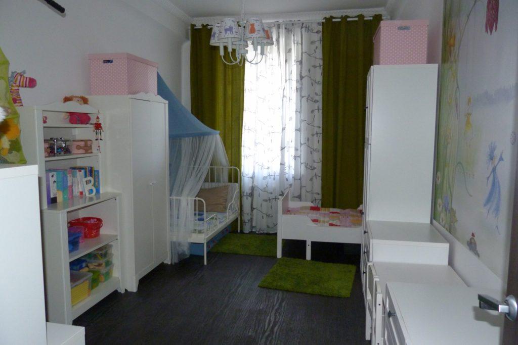 детская со светлой мебелью