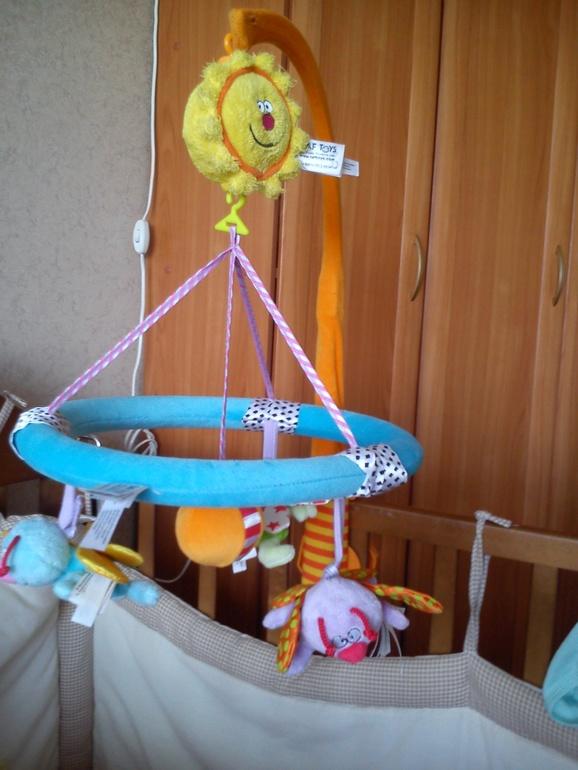 подвески с игрушками над манежем