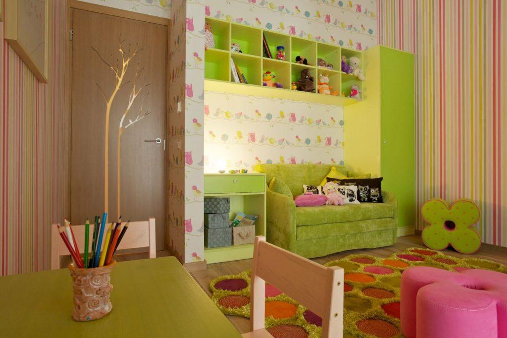 цветные дополнения в бежево-зеленой спальне