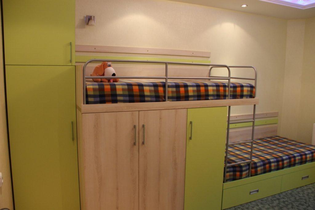 комната для двух детей в бежево-салатовом цвете