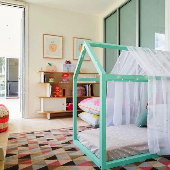кровать домик для ребенка в голубом цвете