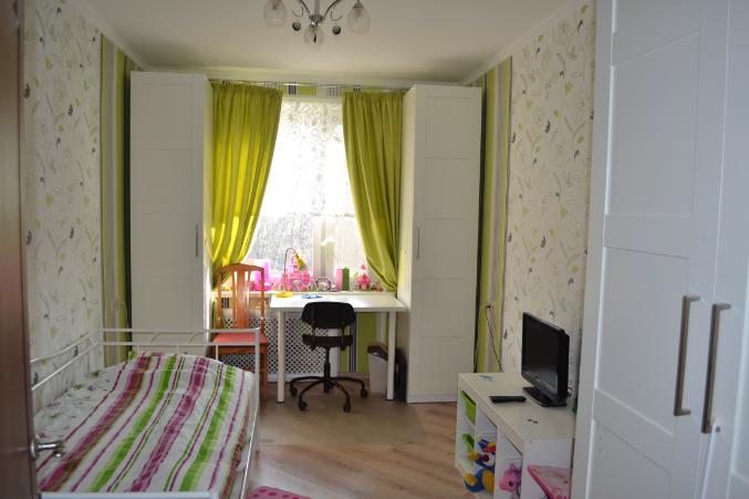 комната со столом подоконником