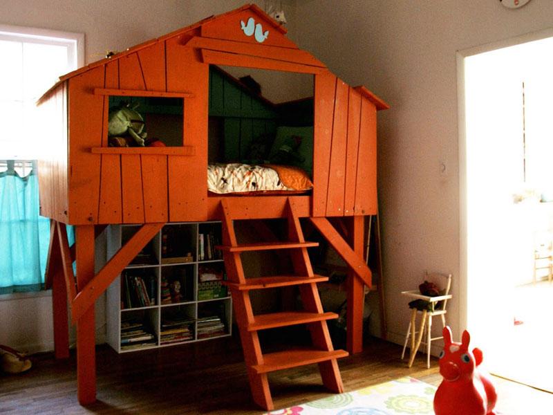 высокая кровать-домик