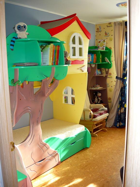 цветная кровать-домик