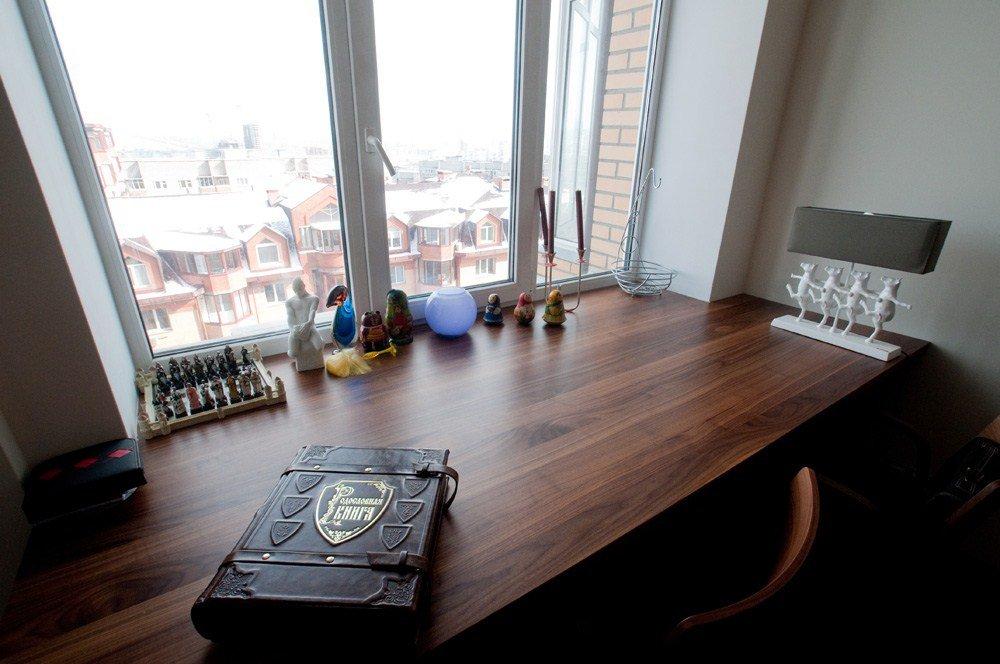 деревянный стол подоконник