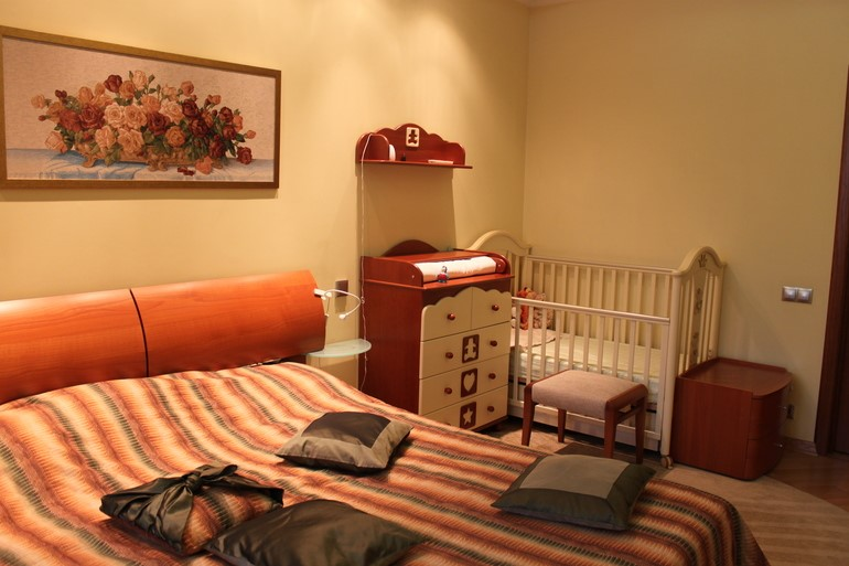 спальня родителей и младенца