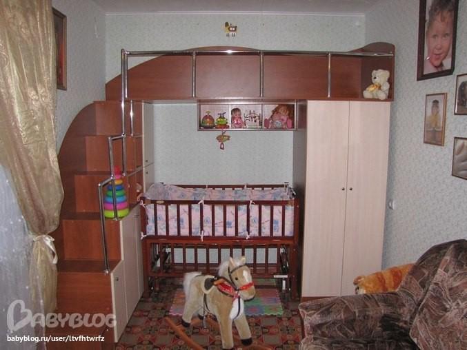 двухъярусная кровать с кроваткой для новорожденного