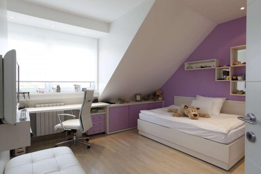 окно в комнате со скошеным потолком