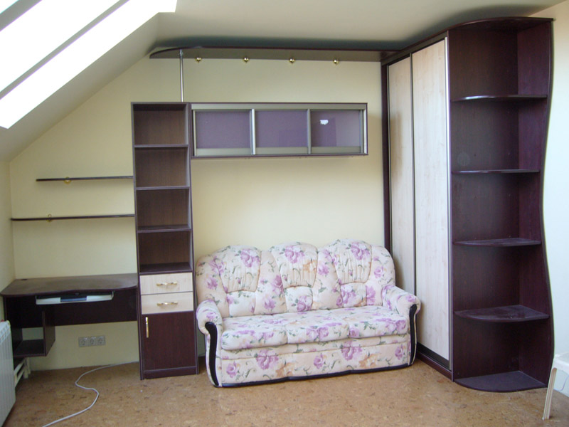 интерьер в комнате со скошеным потолком