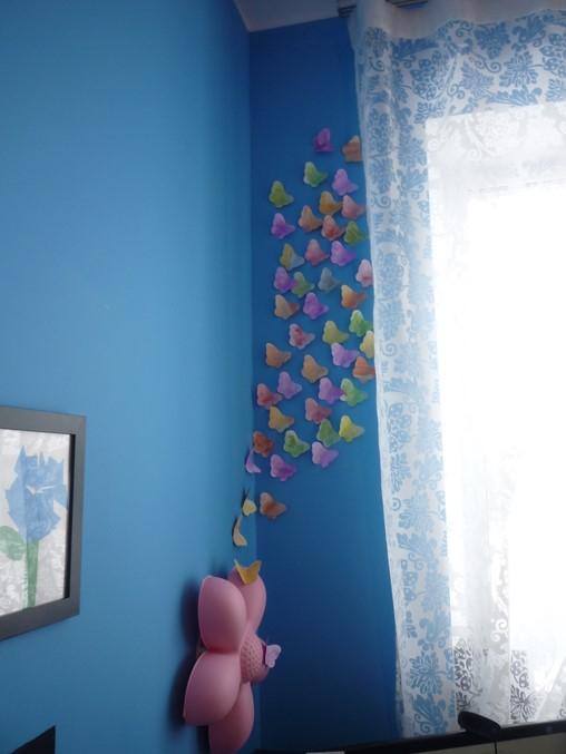 бумажные бабочки на стене